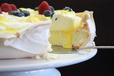 Pavlova med appelsin- og sitron curd - IDÉFULL Meringue Pavlova, Scandinavian Food, Lemon Curd, Sweet Cakes, Cake Cookies, Yummy Cakes, Baking Recipes, Cake Decorating, Food And Drink