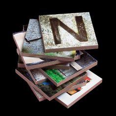 Estas piezas sueltas de 6x6 cms.están hechas de madera DM. Tienen muchas aplicaciones como por ejemplo rotular espacios en tu oficina o en tu casa.