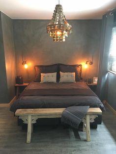 In deze slaapkamer voel je je toch net de Koningin?  Wat een gezellig sfeertje en een prachtige kroonluchter!