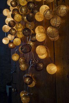ribambelle de guirlandes de 20 boules ( ivoire, marron cuivré, coquille, taupe, chocolat, lin, ficelle)