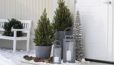 Kjeglegran i potte egner seg like fint ute som inne. Christmas Deco, Ladder Decor, Diy And Crafts, Design, Home Decor, Gardening, Front Porch, Outdoors, Treats