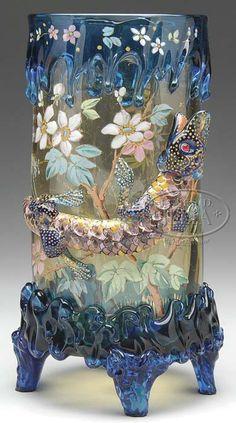 IMAGE: Un corps de lumière ambrée Moser vase en verre ayant la jante et appliquées verre bleu, rigaree au pied, grand lézard de verre appliquée ou dragon de Komodo