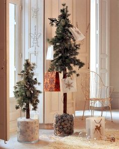 nice idea christmas tree in a big vase!!