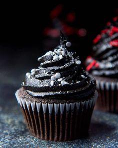 Frosting de chocolate negro 🖤😎. El negro nunca pasa de moda y en los alimentos es posible incluirlo obteniendo un delicioso sabor y una imagen bastante fresca y elegante. Ideal para decorar #cupcakes o tortas, hoy te mostraremos la fácil receta de un frosting de chocolate negro. >>> INGREDIENTES: - 250 gr de mantequilla sin sal. - 120gr de azúcar glas. - 150 gr de cacao en polvo. - Colorante negro en gel o pasta. - Esencia de vainilla. - Pizca de sal. >> En un bold colocamos la mantequilla… Cupcake Cakes, Cacao, Desserts, Pasta, Food, Instagram, Deserts, Recipes, Butter