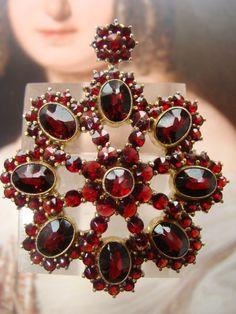 Antique Bohemian Garnet brooch/pendant, gilded silver, hallmarked. Garnet Jewelry, Garnet Gemstone, Gems Jewelry, Garnet Pendant, Antique Brooches, Antique Roses, Antique Jewelry, Diamond Brooch, Art Deco Diamond