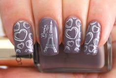 Estilo de uñas parisino en color morado y blanco
