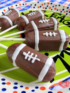 Planning a Super Bowl party? Make these easy and fun Football Twinkie Pops. Would also work great using Hostess HoHo's.