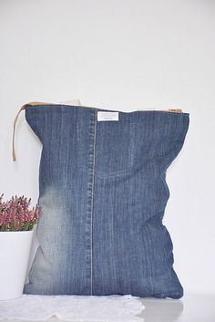 REAL LEVIS brown crossybody bag with lining // recycled denim - upcycled bag // casual for women // stylish + modern // shop Denim Backpack, Denim Tote Bags, Denim T Shirt, T Shirt Diy, Sustainable Textiles, Sustainable Living, Patchwork Designs, Patchwork Bags, Cream Jeans