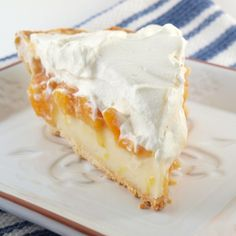 Pleasing Peach Cream Pie is overflowing with fresh, juicy peaches. You& love this cream pie recipe as soon as you taste it. Every one of this peach pie& three layers is delicious on its own but taste even better when piled on top of each other. Cream Pie Recipes, Tart Recipes, Drink Recipes, Just Desserts, Delicious Desserts, Yummy Food, Lemon Desserts, Dessert Healthy, Peach Cream Pies