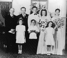 """En 1941, Norma Jeane fait la connaissance de James « Jim » DOUGHERTY, un voisin de cinq ans son aîné, ouvrier dans la première usine de drones radio-commandés, """"la Radioplane Company"""", créée par l'acteur Reginald DENNY. Grace, qui arrange le mariage, organise les noces qui ont lieu le 19 juin 1942, soit quelques jours après son seizième anniversaire. Un an plus tard, Jim rejoint la marine marchande puis en 1944 l'équipage du B-17 au-dessus de l'Allemagne, avant son retour à la vie civile ..."""