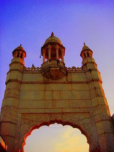 entrance at hajji ali