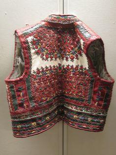 Vest at Maramureş Museum / Sighetu Marmaţiei Contemporary Decorative Art, Creativity And Innovation, Naive Art, 16th Century, Folklore, Flower Art, Street Fashion, Festivals, Textiles