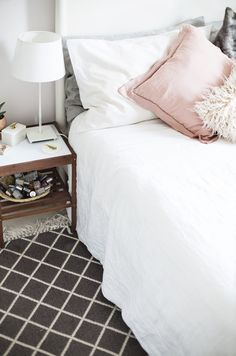 Easy ways to make a house a home with rugs interior design diamond rug in the bedroom home decor Verona, Summer Bedroom, Horror, Rustic Farmhouse Decor, Easy Home Decor, Modern Colors, White Bedroom, Home Decor Furniture, Interiores Design