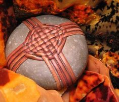 Stone Crafts, Rock Crafts, Arts And Crafts, Diy Crafts, Zen Rock, Rock Art, Stone Wrapping, Art Textile, Weaving Art