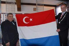 Trots poseert de droplul van het jaarOnno fon Veldhauzen, zeg maar de Herr Flickvon der gemeente Enschede, met ONZE vlag verkracht door het islamitische genocide ontkenners symbool van de grootst…