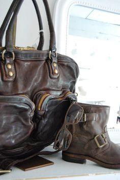 Väska från Italienska Melograno, korta tunnare boots från Munderingskompagniet  och solglasögon från danska Monkey Glasses.