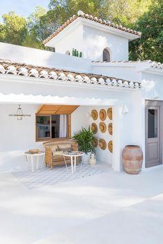 Innenarchitekt Carlos Serra im Mittelmeerraum in Javea, Spanien. Design Exterior, Home Interior Design, Interior And Exterior, Luxury Interior, Retail Interior, Ibiza Style Interior, Brown Interior, Spanish Style Homes, Spanish House