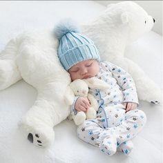 Cette adorable peluche oreiller douillet ours polaire est idéal pour caler bébé pendant son sommeil.