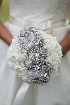 Perfect blend of a floral and brooch bouquet~ Love it