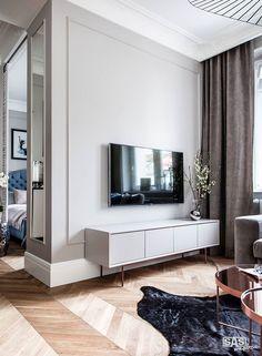 Minimalistyczna ściana telewizyjna w salonie