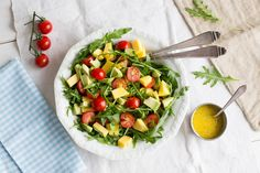 Rucolasalat mit Mango, Avocado und Kirschtomaten   Zeit: 15 Min.   http://eatsmarter.de/rezepte/rucolasalat-mit-mango-avocado-und-kirschtomaten