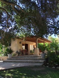 Straightforward staffed porch design modern check it out Tyni House, Mud House, House With Porch, Village House Design, Village Houses, Spanish Style Homes, Spanish House, Hacienda Style, Exterior Design