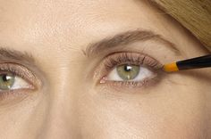 4 Make-up-Tricks, um Droopy-Lider anzuheben - Mein Stil Small Eyelid Makeup, Makeup For Droopy Eyelids, Makeup For Small Eyes, Droopy Eyes, Simple Eye Makeup, Makeup For Brown Eyes, Drooping Eyelids, Makeup Tricks, Makeup Tools