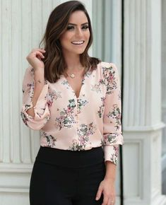 {New Collection} Camisa floral print na linda 💕💕💕 Stylish Summer Outfits, Casual Work Outfits, Work Attire, Casual Summer, Fashion Wear, Fashion Dresses, Womens Fashion, Blouse Styles, Blouse Designs