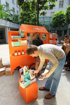Publishing company Penguin breaks out a nimble street cart in the plazas of London to bring literature and visual interest to people's everyday lives. #Placemaking #LQC #Libraries