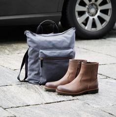 """Bag + shoes med """"props"""" i baggrund"""