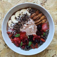 Somos fans de los domingos... levantarte sin despertador tiempo para prepararte el desayuno...que se te han agotado las ideas dices? Inspiración más abajo fresas frutos rojos nueces chía y yogur. Cuál es tu ingrediente estrella? #recetas #saludables #desayuno
