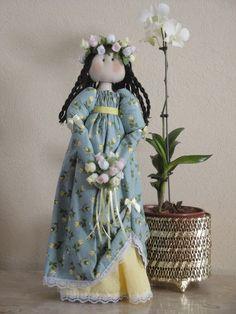 """Produzida artesanalmente a boneca Laís  foi inspirada na boneca """"julieta"""" da  linha """"Bonecas Românticas"""" de Millyta  Vergara.  Laís é encantadora e ótima opção pra presentear pessoas especiais.  Confeccionada em tecido 100 % algodão esta é uma boneca decorativa com base rígida que a mantem em pé. Confeccionada em tecido 100 % algodão e recheada com algodão siliconado, esta é uma boneca decorativa com base rígida que a mantem em pé."""
