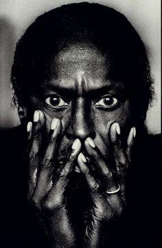 Fotografie: Anton Corbijn, Nederlandse fotograaf 20/05/1955. Bekend geworden van zijn foto's van rock, musici en andere artiesten. Hij begon zijn carierre als  hoofdfotograaf van het nederlandse tijschrift Oor. Ook is hij grafisch ontwerper, film maker en doet hij de art direction en regie voor videoclips en ontwerpt decors voor popconcerten.   Foto: Miles Davis (1985) Montreal, Canada.