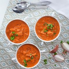 Ranskalainen tomaattikeitto saa ruokaisuutta paahtoleivästä ja tuorejuustosta. Resepti vain noin 0,99 €/annos.