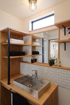 オーク材の天板にステンレスの洗面台をオンしたシンプルでかっこいい洗面化粧台。 壁面のサブウェイタイル(2丁掛けタイル)やアイアンの支柱・タオルバーなど素材ひとつひとつ丁寧に選んで造作しました。