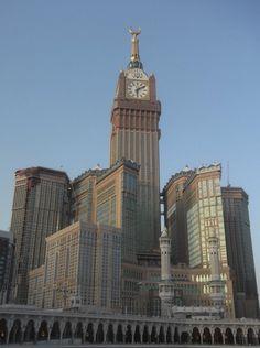 """O Burj Khalifa Bin Zayid (em árabe """"Torre de Khalifa"""") anteriormente conhecido como Burj Dubai, é um arranha-céu localizado em Dubai, nos Emirados Árabes Unidos, sendo a maior estrutura e, consequentemente, o maior arranha-céu construído pelo homem, com 828 metros de altura em formato de agulha e com 192 andares. Sua construção começou em setembro de 2004 e foi inaugurado em janeiro de 2010. Foi rebatizado devido ao empréstimo feito por Khalifa bin Zayed Al Nahyan, xeique do emirado de Abu…"""