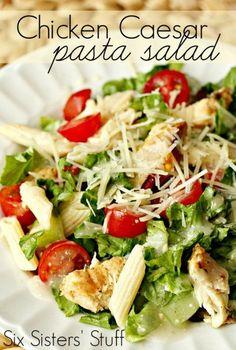 Chicken Caesar Salad Ingredientes: Frango desfiado,Penne cozido e gelado, Alface romana, Pepino fatiado, manjericão fresco, cebolas verdes, tomates cereja, Parmesão ralado e Molho Caesar.