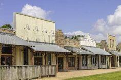 Egy sor régi nyugati vidéki üzletek egy ragyogó kék ég a háttérben. photo