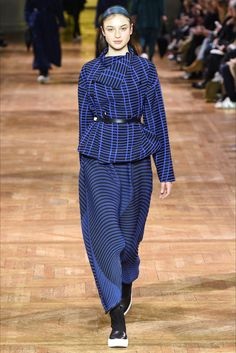 Guarda la sfilata di moda Issey Miyake a Parigi e scopri la collezione di abiti e accessori per la stagione Collezioni Autunno Inverno 2017-18.