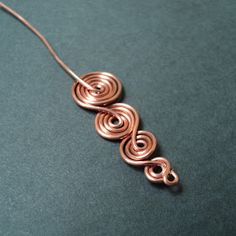 Hola a tod@s! para la elaboración de estos pendientes necesitarán:   - Aproximadamente 60 cm de alambre de cobre blando calibre #20  - Pinza...