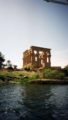 Island of Philae, Egypt (taken between 1870-1900).El pionero italo-británico Antonio Beato tomó esta fotografía del Quiosco de Trajano en su emplazamiento original, en la isla egipcia de Filé (Philae), en el Nilo, en algún momento entre 1870 y 1900. La isla quedó sumergida bajo las aguas embalsadas por la gran presa de Asuán a mediados del s. XX, aunque gracias a la Unesco los templos fueron desmontados, trasladados y reconstruidos en el cercano islote de Agilkia, donde se pueden visitar…