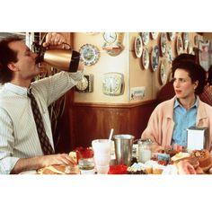 """Na, na, na Bill Murray, wer wird denn so unflätig seinen Frühstückskaffee genießen? Und das vor der Frau, die man beeindrucken will? Kein Problem in dem Comedy-Klassiker """"Und täglich grüßt das Murmeltier"""" aus dem Jahr 1993.Darin spielt der grandiose Bill Murray einen zynischen Wetteransager, der ein und denselben Tag immer wieder erlebt. Ausgerechnet den """"Murmeltier Tag"""", den er in einer Kleinstadt verbringen muss. Irgendwann verliebt er sich dann und hat jeden Tag aufs Neue die Chance…"""