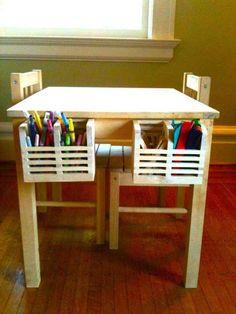 Cuelga unos escurrecubiertos MAGASIN en una mesa infantil para guardar lápices de colores, marcadores y otros materiales de arte…