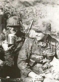 Ww2 Uniforms, German Uniforms, German Soldiers Ww2, German Army, Germany Ww2, Ww2 Photos, War Dogs, Military Pictures, Panzer