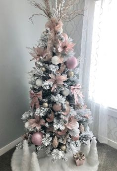 Flocked tree, pink Christmas decorations, glam Christmas tree, pink and champagne Christmas decorations Champagne Christmas Tree, Rose Gold Christmas Tree, Elegant Christmas Trees, Green Christmas, Pink Christmas Tree Decorations, Flocked Christmas Trees Decorated, Christmas Tree Inspiration, Diy Weihnachten, Big Tree