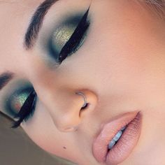 """Green eyes 🍏 Played with a new @maccosmetics dazzle shadow """"I like 2 watch"""", with """"kelly"""" & """"plumage"""" shadows in the crease. Lips are Mac """"oak"""" & """"stone"""" liners with @meltcosmetics """"sext"""" lipstick 💋"""