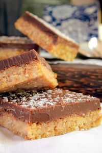Jan 2019 - A completely no-bake Coconut Chocolate Slice with a crunchy coconut biscuit base and a crispy milk chocolate top. Delicious, quick and easy! Chocolate Slice, Homemade Chocolate, Coconut Chocolate, Chocolate Squares, Milk Dessert, Dessert Bread, Coconut Sweet Recipes, Chocolate Biscuit Recipe, Baking Recipes