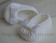 Crochet Baby scarpe bianco Baby Shoes With White di TheGrapeTurtle Baby Infant Girl Shoes, Crochet Baby Shoes, white, Newborn to 12 months. Crochet Baby Booties With Bows And Pearls These adorable white baby slippers are hand crocheted by me in the fines Crochet Bebe, Love Crochet, Crochet For Kids, Hand Crochet, Simple Crochet, White Baby Shoes, Baby Girl Shoes, Girls Shoes, Booties Crochet