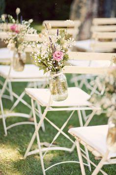 Une bonne idée pour garder des #fleurs fraîches jusqu'à la sortie des #mariés (Photographe : Shoot In Love)