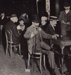 31 de diciembre de 1899. Un grupo de personas espera en los cafés de la porteña Avenida de Mayo la llegada del Nuevo Año que también fue la del cambio de siglo. Dicen fue la primer foto nocturna tomada al aire libre en Buenos Aires...